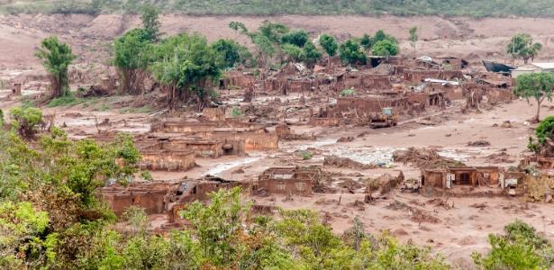 7nov2015-imagem-aerea-mostra-a-regiao-de-bento-rodrigues-subdistrito-da-cidade-de-mariana-mg-neste-sabado-tomada-por-agua-lama-e-detritos-de-mineracao-que-vazaram-das-barragens-da-empresa-1446917065