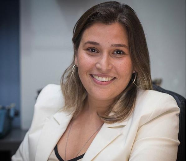 Olá seguidores, tudo bom? Para quem já vem me acompanhando nas redes sociais, sou Lorena Grangeiro de Lucena Tôrres, mais conhecida como Lorena Lucena. Sou Administradora de empresas, Advogada, Professora Universitária, Palestrante, com especialização em Perícia e Auditoria Ambiental.